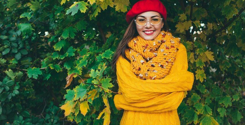 Dame mit einem gelben Loop