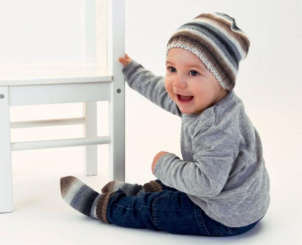 Baby mit gestrickter Mütze