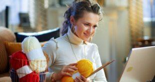 Frau beim stricken lernen