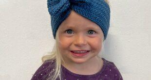 Kinder mit gehäkeltem Stirnband