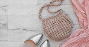 Tasche mit Schuhen und einem Tuch